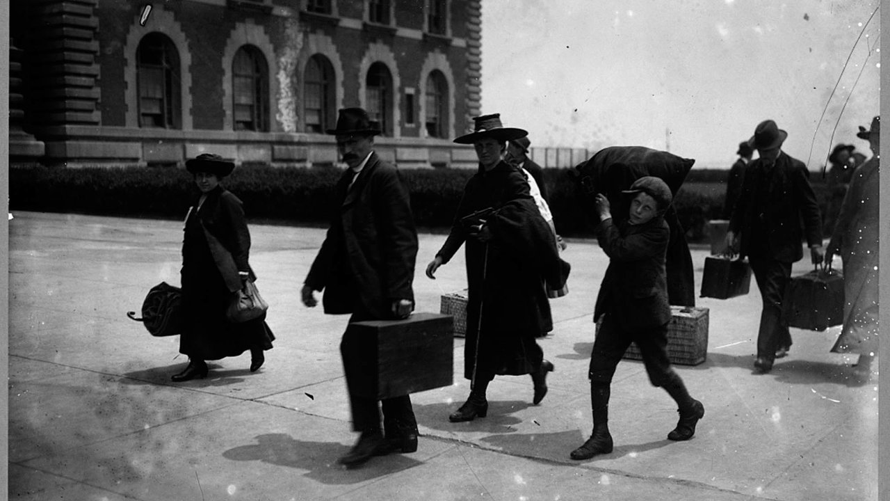 Většina těch, kteří opustili svoje evropské domovy a hledali štěstí v USA, prošla přistěhovaleckou stanicí na ostrově Ellis Island nedaleko New Yorku. Imigranty zachycuje i snímek z roku 1907.