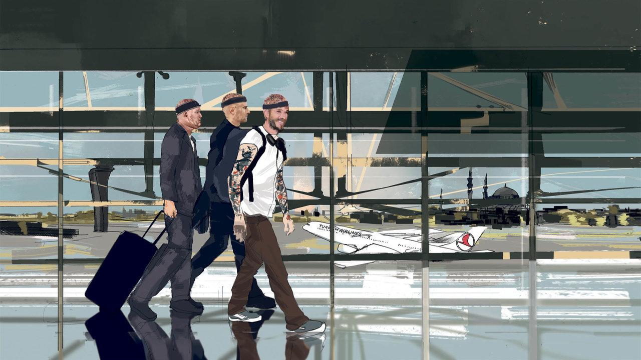 Muži různého věku inárodností, všichni sčelenkami nahlavách, procházejí istanbulskou letištní halou.