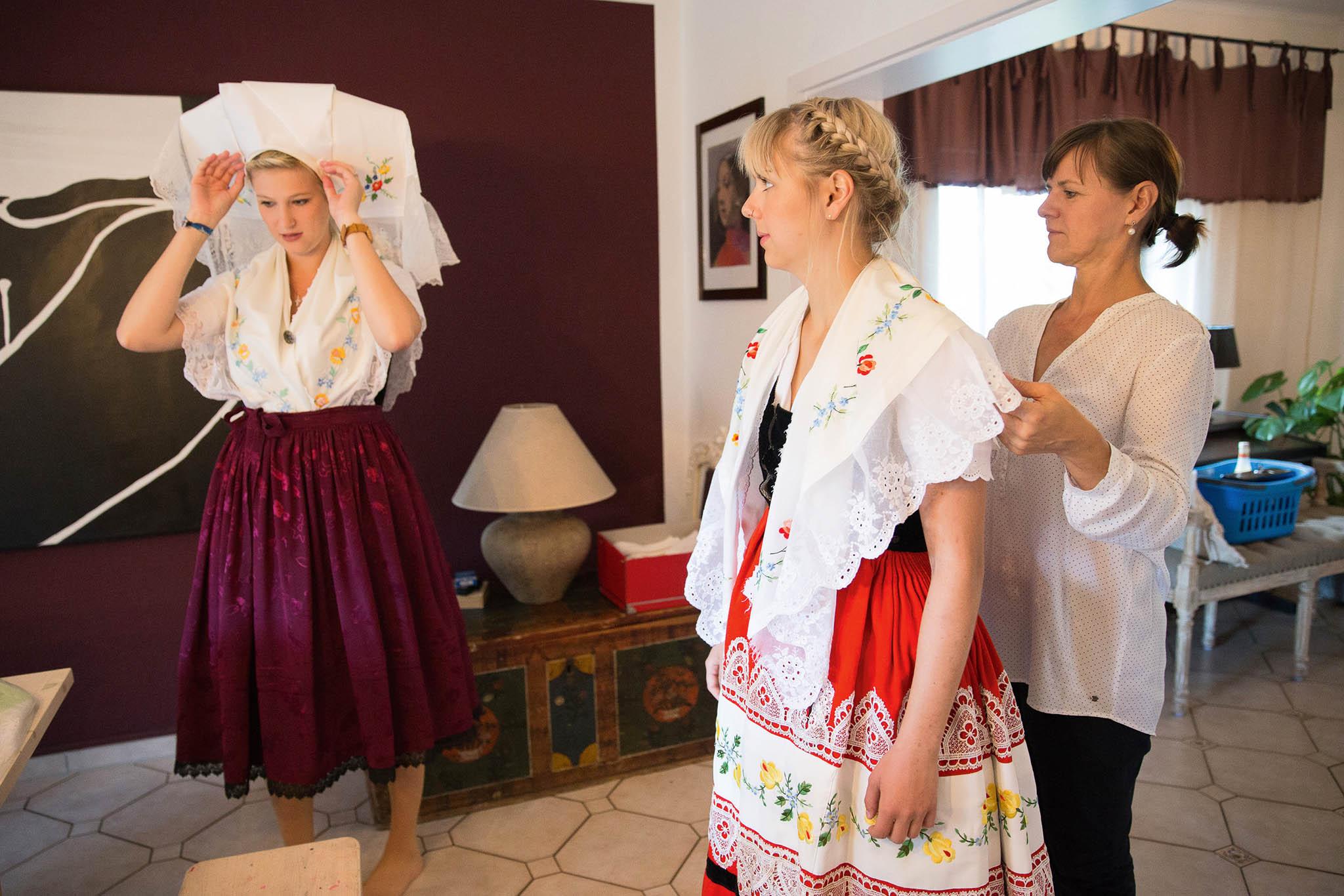 Elisabeth Bandmannová (uprostřed) zWerbenu ajejí kamarádka se připravují naslavnost.
