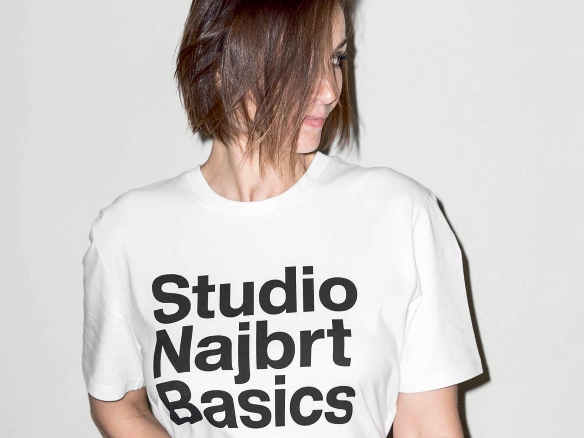 Tvorbu nejznámějšího českého grafického studia představuje výstava vPlzni netradičně– nabílých tričkách.