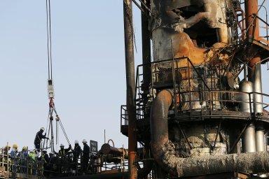 Bombardování bezpilotními drony, za nímž podle Saúdů i Spojených států stojí Írán, zanechalo v plamenech obří saúdskoarabské rafinerie.