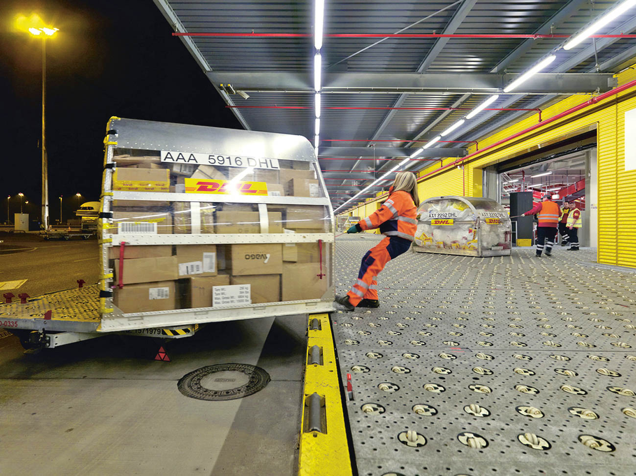 Manipulace sleteckým kontejnerem.
