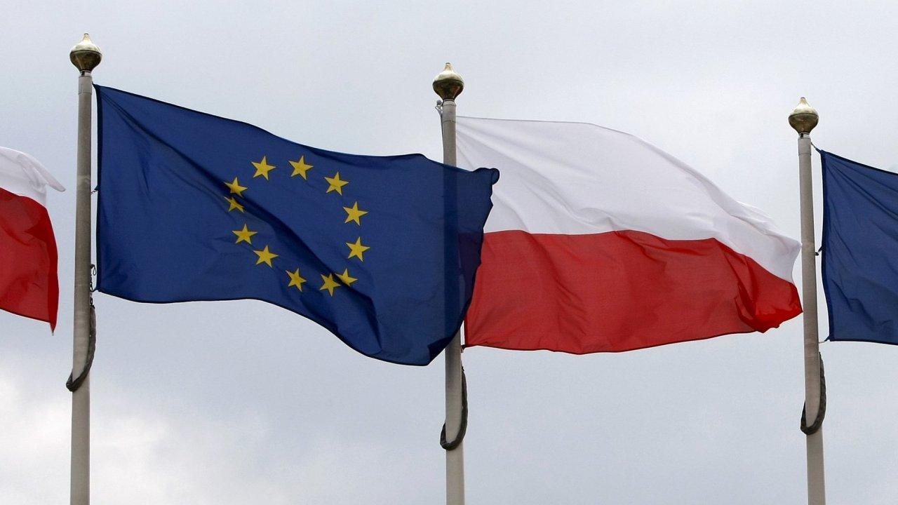 Vlajky Polska a Evropské unie před parlamentem ve Varšavě