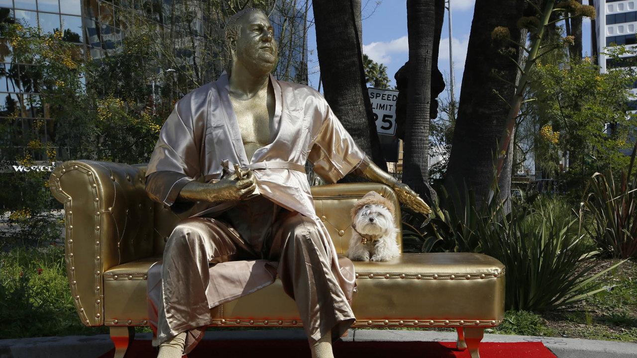 Loni umístili na Hollywood Boulevard v Los Angeles umělci Plastic Jesus a Joshua Monroe pozlacenou sochu Harveyho Weinsteina v županu. Měla kriticky vyobrazit jeho roli v krizi zábavního průmyslu.