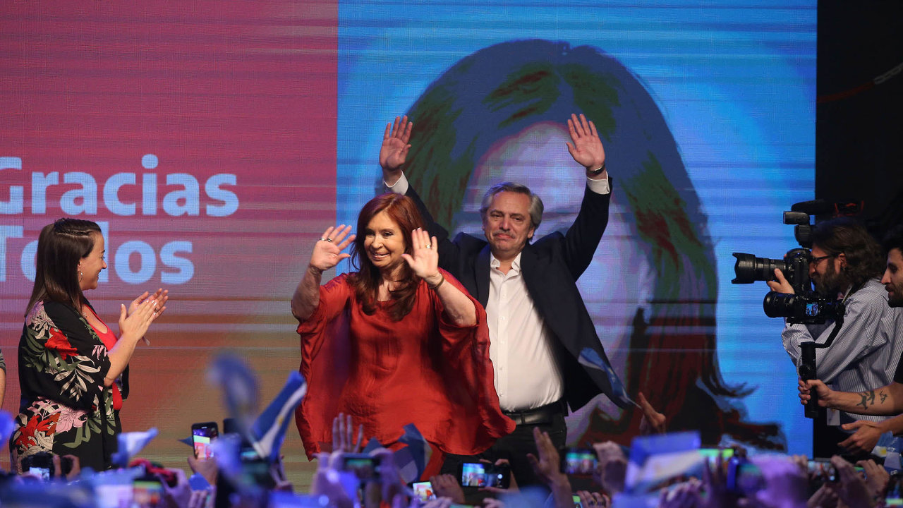 Znovu v čele státu: Cristina Fernándezová-Kirchnerová (v červeném) je novou viceprezidentkou Argentiny. Prezidentem byl zvolen Alberto Fernández, který spolu s ní zdraví své fanoušky.
