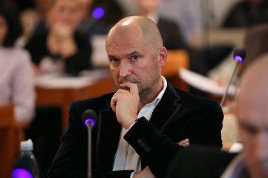 Kauza se nabaluje. Jiřího Švachulu zatkla policie loni na jaře kvůli machinacím se zakázkami v Brně-střed. Postupně vychází najevo ijeho napojení na antimonopolní úřad.