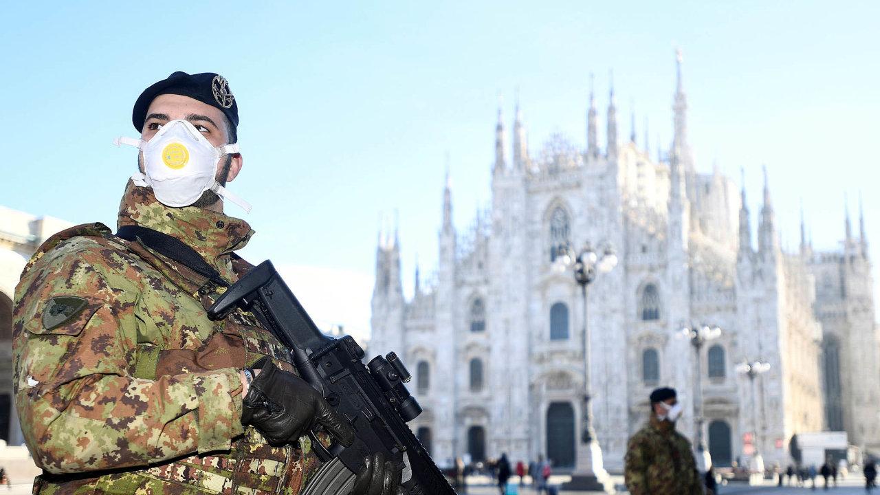 Prázdno před katedrálou: Vitalském byznysovém centru Miláně jsou zavřené školy, divadla islavná katedrála. Ve městě hlídkují stráže.