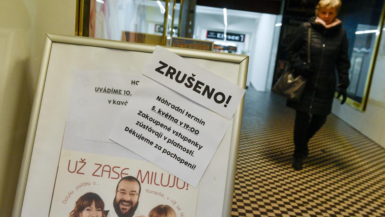 Na snímku je informační cedule u Divadla Radka Brzobohatého v Praze upozorňující na zrušené představení.