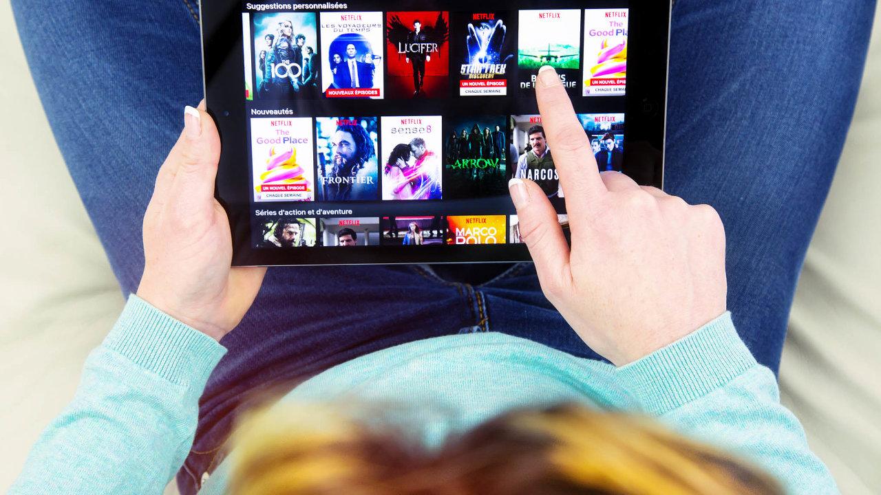 Kdo nemusí, ten ven radši nechodí– většinu věcí lze přece vyřídit pointernetu. Vedle televize lidé čím dál častěji sledují také internetové videotéky, jako jsou Netflix či HBO Go.