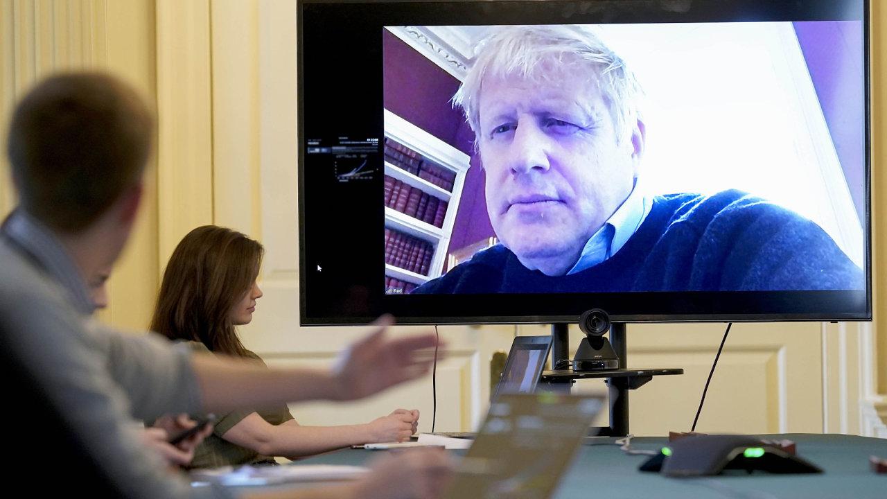 Boris Johnson pracoval z domu i potom, co mu byl diagnostikován nový koronavirus. V pondělí se ale jeho stav zhoršil.