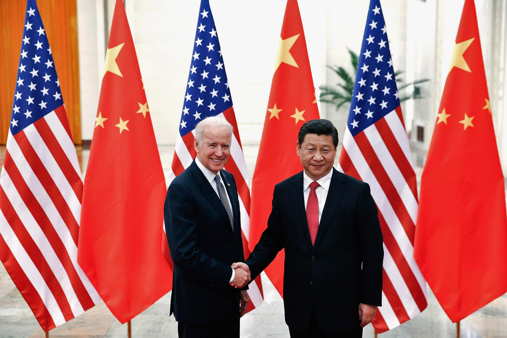 Prezidenti. Těžké soužití USA aČíny symbolizují jednání prezidenta asijské velmoci Si Ťin-pchinga samerickými prezidenty Barackem Obamou aDonaldem Trumpem isjejich možným nástupcem Joem Bidenem.