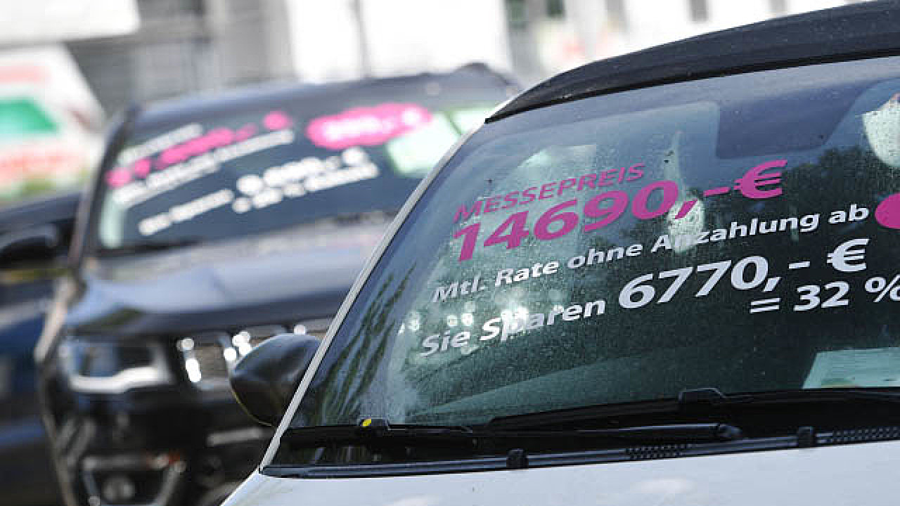 Prodejci aut po celé Evropě lákají na výrazné slevy. Ani to ale příliš nepomáhá. Snímek je z Mnichova.