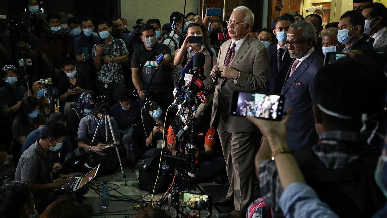 Najib Razak odsouzen. Naúčtech bývalého premiéra skončily peníze zestátního fondu 1MDB.