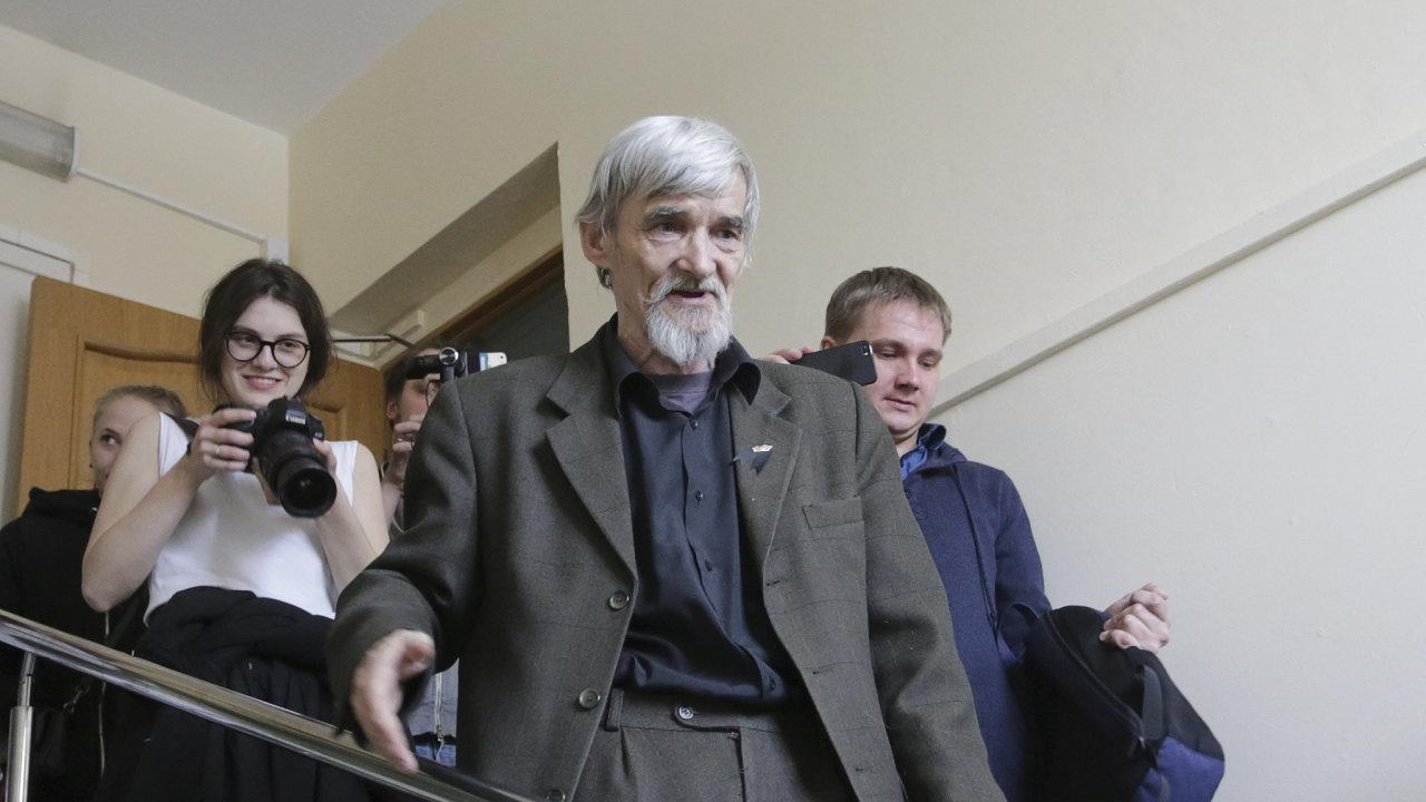 Ruský historik Dmitrijev byl v první instanci odsouzen za sexuální násilí ke 3,5 roku odnětí svobody, v úterý odešel od soudu s 13 lety vězení, informovala ruská média.
