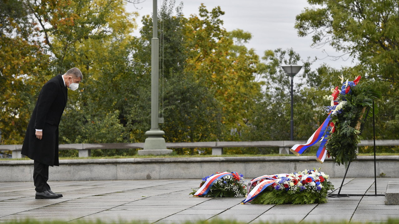Premiér Andrej Babiš položil 28. října 2020 v Praze květiny k hrobu Neznámého vojína u Národního památníku na Vítkově u příležitosti státního svátku k výročí vzniku Československa.
