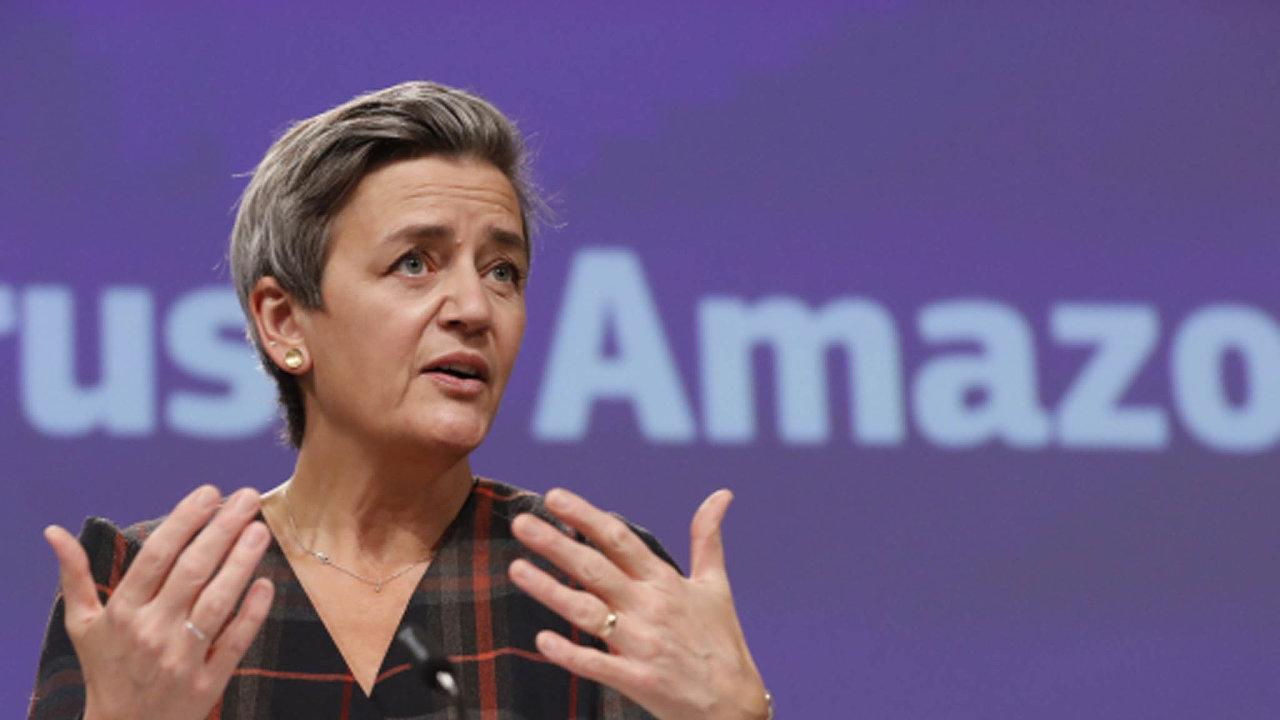 """Podle eurokomisařky pro hospodářskou soutěž Margrethe Vestagerové Amazon svoje postavení zneužívá. """"Dáváme čas Amazonu, aby na naše obvinění reagoval,"""" uvedla Vestagerová na svém Twitteru."""