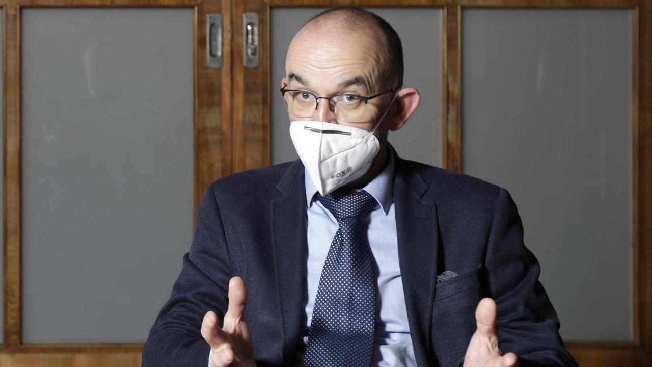 Ministr zdravotnictví Jan Blatný (zaANO) návrh hájí potřebou krajské hygienické stanice centralizovat. Je podle něj obtížné síť úřadů řídit, neboť vkaždém ze14 krajů má konečné slovo tamní ředitel.