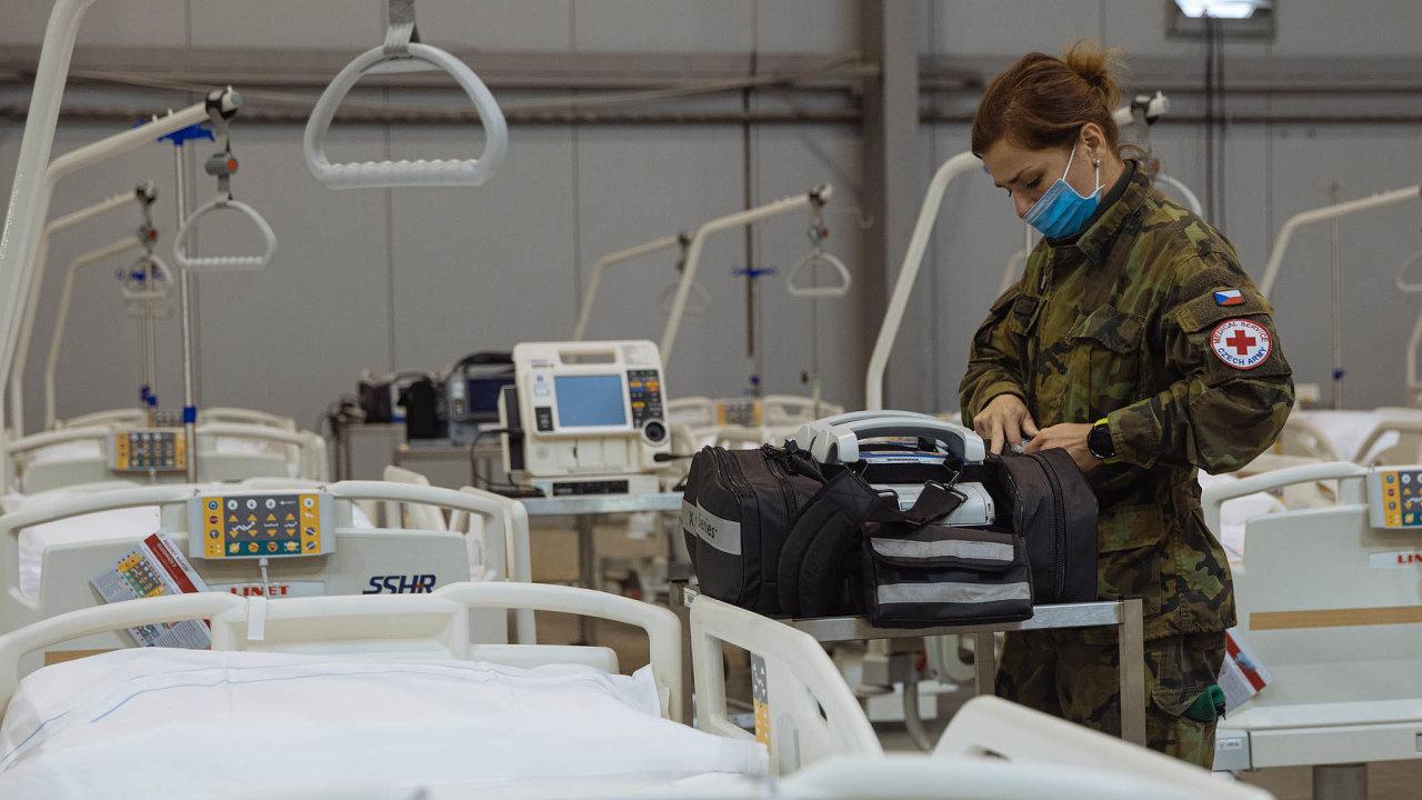 Polní nemocnice v pražských Letňanech byla dokončena v říjnu. Od té doby je zařízení s 510 lůžky připraveno začít přijímat pacienty, pokud by v klasických nemocnicích došla místa.