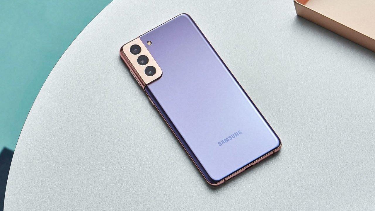 Galaxy S21+ se liší od předchůdce jinou nabídkou barev,, jinou kapličkou na fotoaparáty i plochým displejem