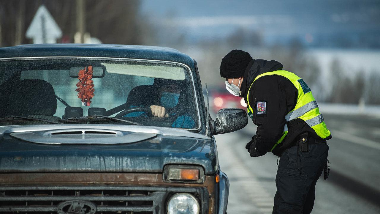 Policisté během víkendu zkontrolovali více než tisíc aut, zda mohou vjet do okresu Trutnov.