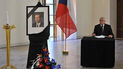 Václav Klaus podepisuje kondolenční knihy