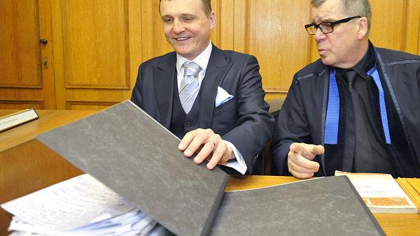 V�t B�rta (vlevo) s advok�tem Old�ichem Chudobou u Obvodn�ho soudu pro Prahu 5
