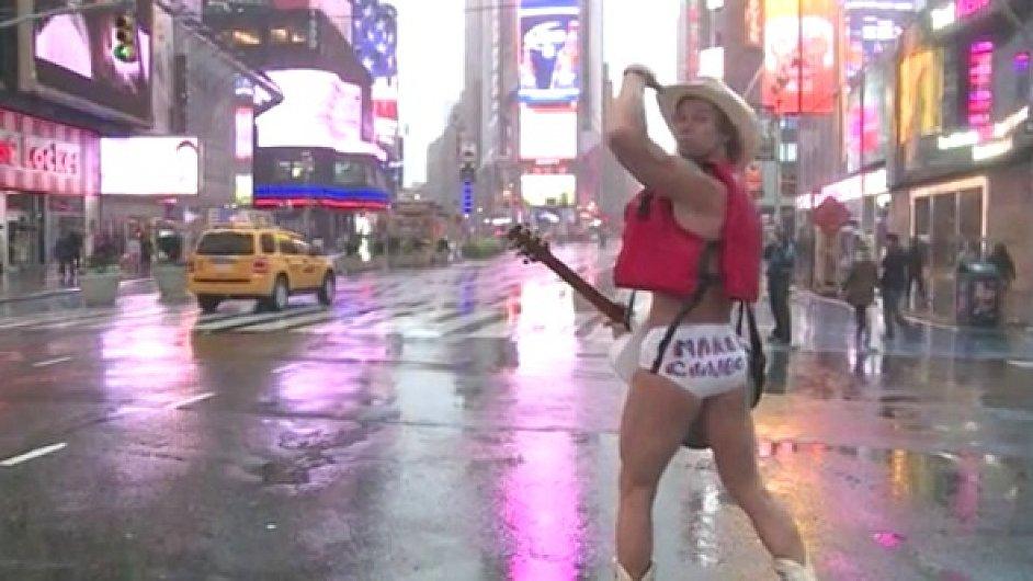 Nahý kovboj zpívá na Times Square navzdory bouři.