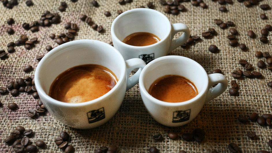 Espresso, doppio a ristretto - tři způsoby, jak si vychutnat kávu z přístroje na espresso bez mléka.