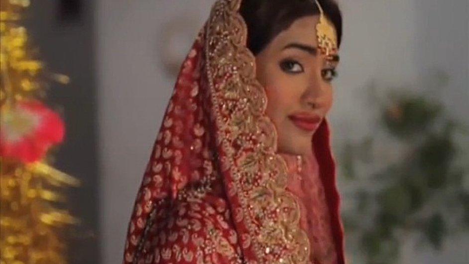 Pákistánská modelka v reklamě na kondomy