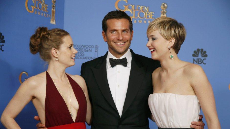Hvězdy Špinavého triku: Amy Adamsová, Bradley Cooper a Jennifer Lawrencová (zleva).
