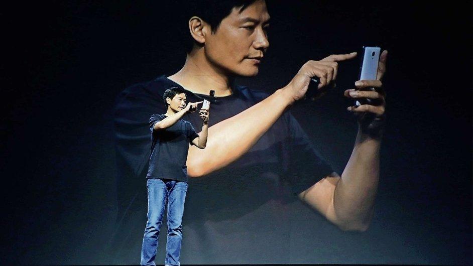 Lei Jun, zakladatel a výkonný ředitel společnosti Xiaomi, prezentuje nové produkty často oblečený jako Steve Jobs v modrých džínách a černém tričku nebo košili.