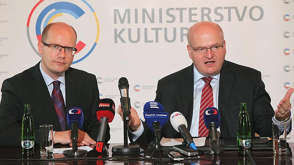 Úřad ministra kultury Daniela Hermana (vpravo) navštívil premiér Bohuslav Sobotka jako první.