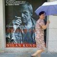Fotografie plak�tu propaguj�c�ho na ulici �anghaje d�lo Milana Kundery byla po��zena v roce 2003.