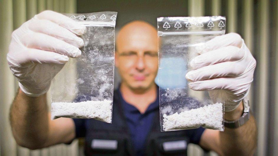 Vyšetřovatel bavorské policie Vilem Kurta ukazuje sáčky s pervitinem zabavené poblíž hraničního přechodu Folmava