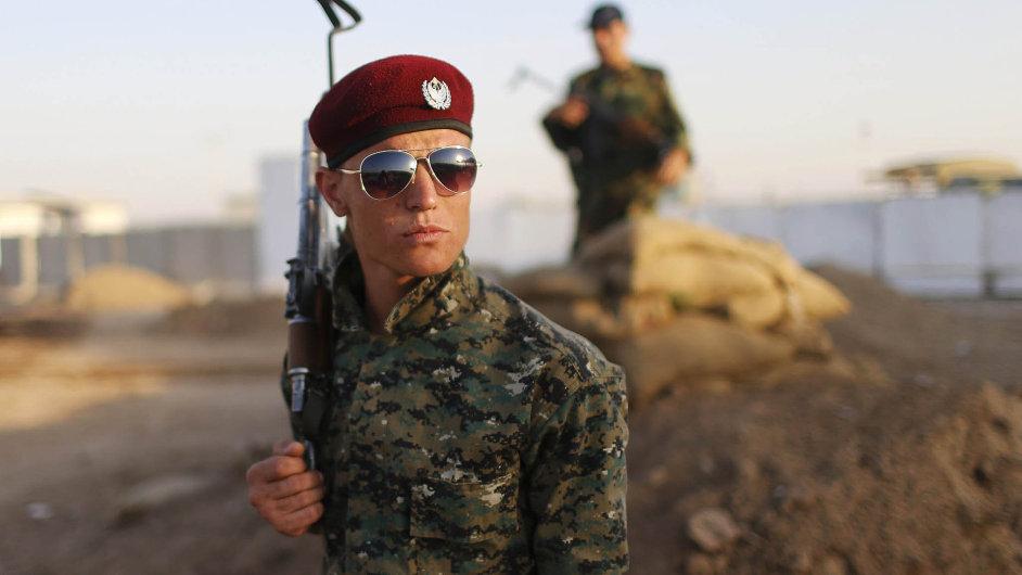 Spojené státy a jejich spojenci trénují kurdské jednotky Pešmerga, které by měly zahájit ofenzivu proti IS.