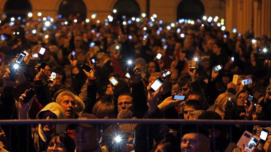 Lidé na demonstraci v centru Budapešti