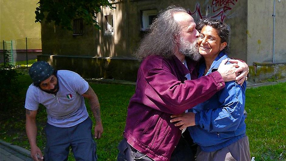 Performer Milan Kohout líbá veřejně na ulici cizí romskou ženu.