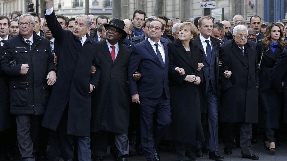 Ve dvou autobusech přijela padesátka šéfů států a vlád ke včerejšímu pochodu národní jednoty v Paříži, aby uctila památku 17 obětí teroristických útoků ve Francii z minulého týdne.