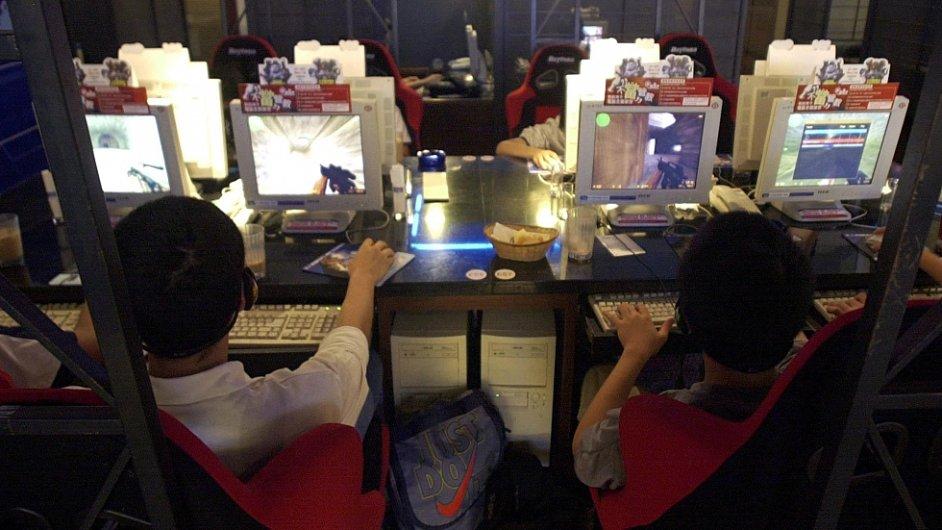 Studenti hrají počítačové hry v tchajwanské kavárně.
