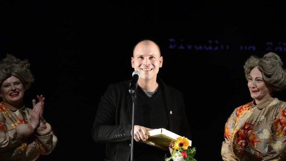 Ředitel Divadla Na zábradlí Petr Štědroň převzal cenu Divadlo roku 2014.