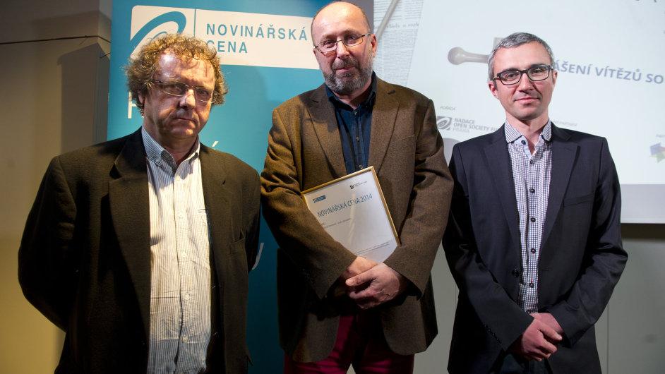 Šéfkomentátor Aktuálně.cz Jan Lipold (uprostřed) získal Novinářskou cenu. Vlevo Adam Černý, vpravo David Klimeš.