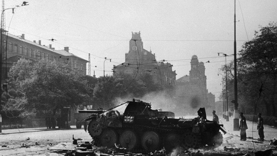 Ráno 5. května 1945 začalo bojem o rozhlas povstání Pražanů. Trvalo čtyři dny a na povstalecké straně padlo nejméně 2000 bojovníků.