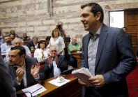 Premiér Tsipras přesvědčuje poslance, aby hlasovali pro reformy.