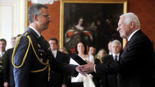František Mičánek bude děkanem prestižní alianční školy. Na archivním snímku z roku 2012 je jmenován do hodnosti brigádního generála.