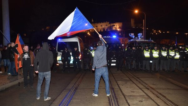 Policie na p�ehradila M�nes�v most, aby odd�lila demonstrace p��znivc� a odp�rc� uprchl�k�.