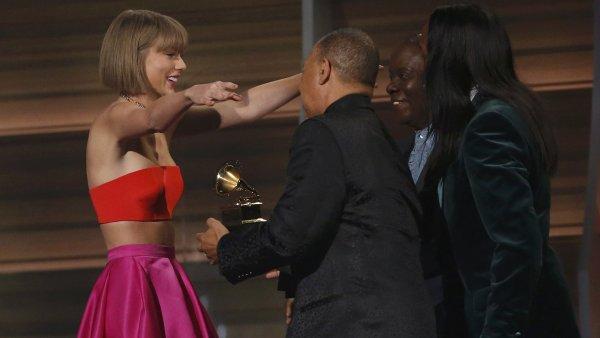 Taylor Swiftová přebírá cenu za album roku.