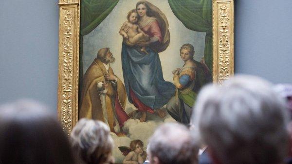 Na sn�mku z nov� prezentace Obraz�rny star�ch mistr� v Dr��anech je Rafaelova Sixtinsk� madona.