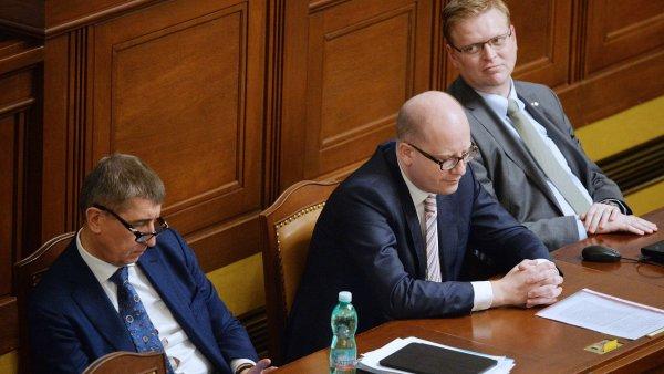 Zleva ministr financ� Andrej Babi�, premi�r Bohuslav Sobotka a m�stop�edseda vl�dy pro v�du, v�zkum a inovace Pavel B�lobr�dek