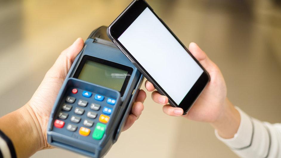 Místo kartou platba mobilem.