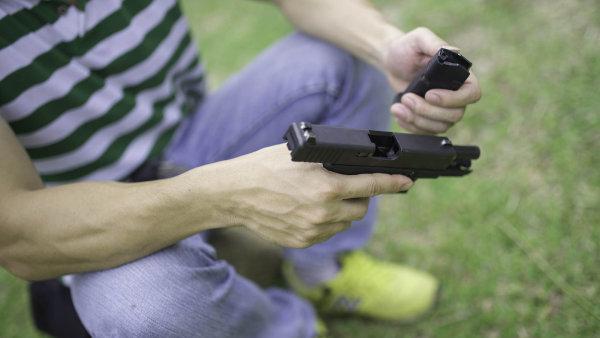 Množství střelných zbraní mezi lidmi v Česku roste. Touha po pistolích či puškách ale zřejmě narazí na chystanou evropskou směrnici.
